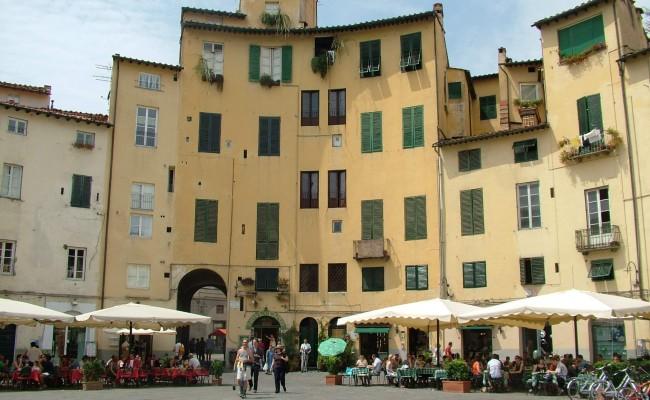 piazza-anfiteatro-lucca